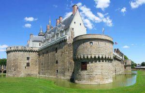 Nantes Immobilier- loi-monuments-historiques. Château en plein jour.