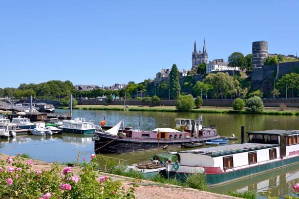 Achat appartement Angers. Maine Angers, Port, Bateaux en arrière plan des arbres, cathédrale d'Angers