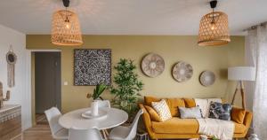 investir colocation-séjour meublé parquet tableaux lampes allumées