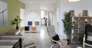 investissement-entrée vue sur salon et cuisine carrelage plantes